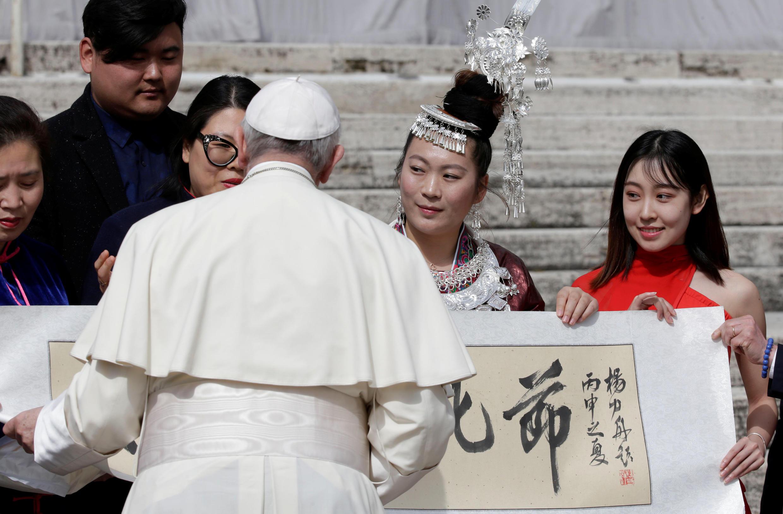 Giáo hoàng Phanxicô và thành viên của Hội Văn Hóa Trung Quốc sau buổi lễ ngày 28/03/2018 tại quảng trưởng Saint Peter, Vatican.