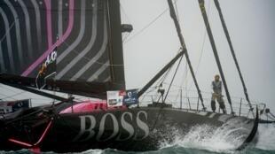 """Le skippeur britannique Alex Thomson à bord de son bateau """"Hugo Boss"""", avant le début du Vendée Globe, le 8 novembre 2020 aux Sables-d'Olonne"""