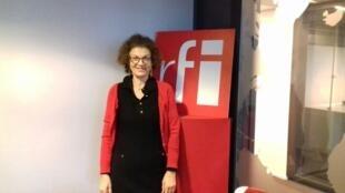ناصره مصدق در استودیو بخش فارسی رادیو بین المللی فرانسه