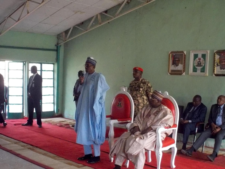 Le président Muhammadu Buhari s'adresse aux parents des élèves de Dapchi, le 14 mars 2018.