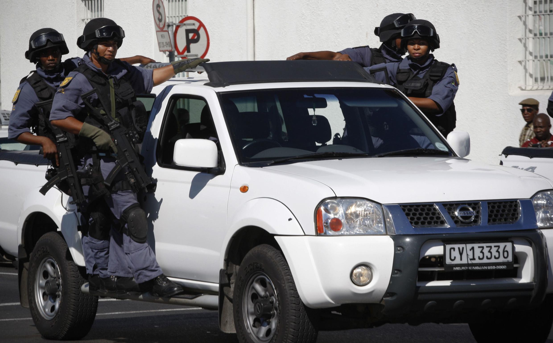 La police sud-africaine patrouille les rues du Cap.
