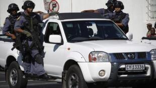 La police sud-africaine patrouille les rues du Cap, où le niveau de sécurité est à son maximum.