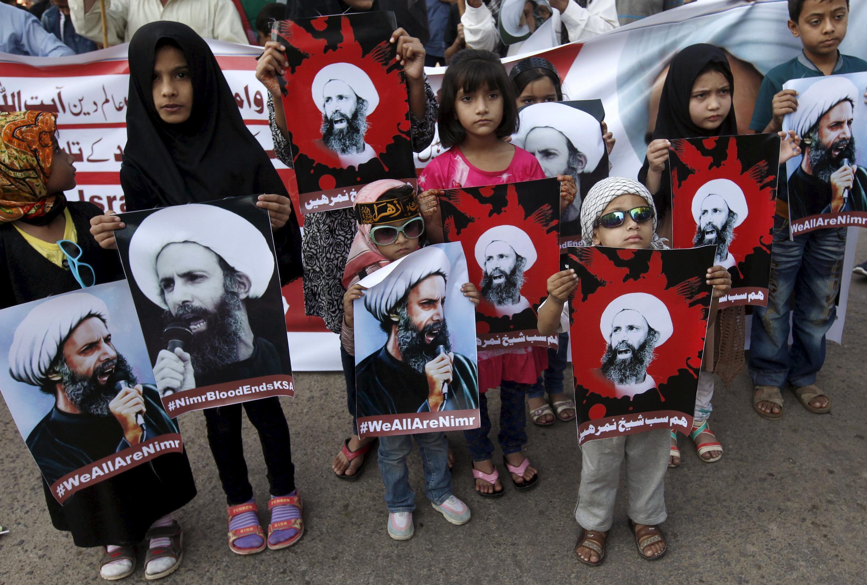 Các em nhỏ Pakistan biểu tình tại Karachi (ngày 03/01/2016) với chân dung giáo sĩ Nimr, người vừa bị chính quyền Ả Rập Xê Út hành quyết ngày 02/01/2016.