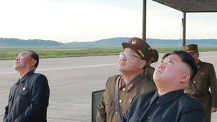 Лидер КНДР Ким Чен Ын наблюдает за запуском ракеты «Хвасонг-12», 16 сентября 2017.