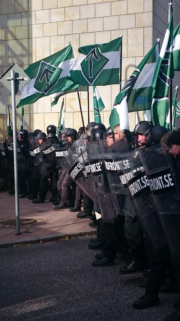 Casqués, vêtus de noir avec leur symbole nazi de la flèche, les quelque 600 membres de la résistance nordique voulaient faire le coup de force à Göteborg, lors du Salon du livre.