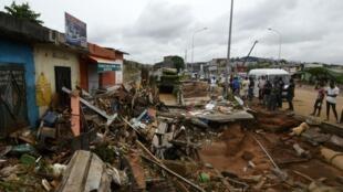 Les habitants d'Abidjan se désolent du spectacle de destruction après les inondations catastrophiques qui ont touché la cité le 19 juin 2018.