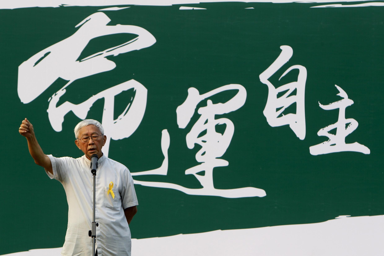 Hồng Y Giuse Trần Nhật Quân (Joseph Zen), 82 tuổi, nguyên Giám mục Hồng Kông, phát biểu với người biểu tình trước tòa nhà chính quyền Hồng Kông hôm 24/9/2014.