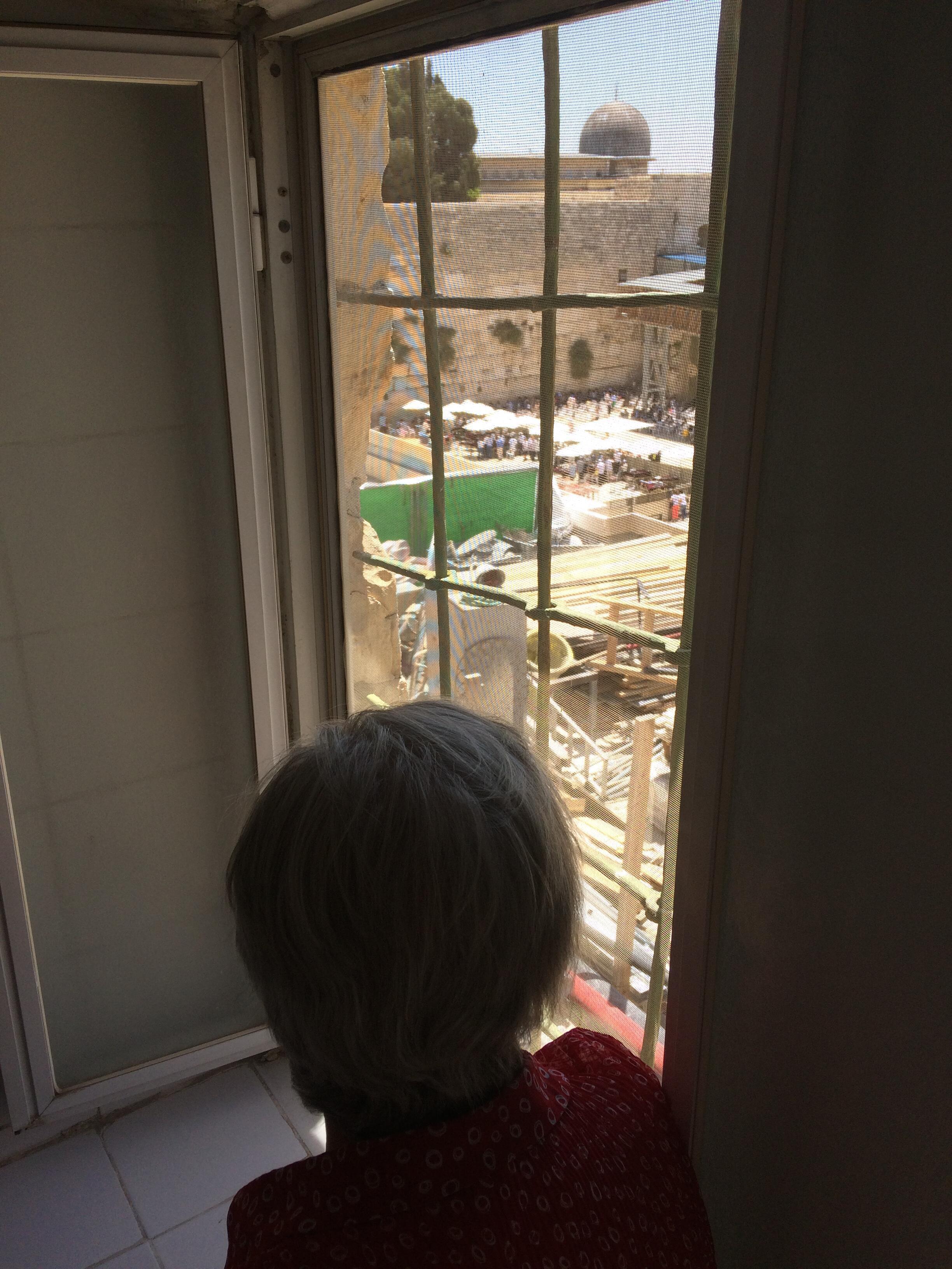 Depuis les fenêtres de sa maison, Haïfa Khalidi montre où les bulldozers ont rasé le quartier des Maghrébins pour créer l'esplanade du Mur.