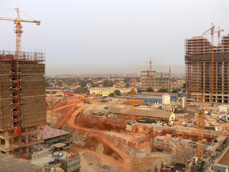Prédios em construção na Maianga, Luanda.