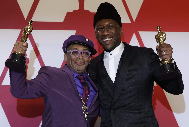 """Đạo diễn Spike Lee (T) với giải Oscar cho kịch bản chuyển thể phim """"Blackkklansman"""" và diễn viên chính Mahershala Ali trong phim  """"Green Book""""."""
