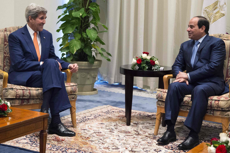 Ngoại trưởng Mỹ John Kerry (T) và Tổng thống Ai Cập Abdel Fattah al-Sisi hội kiến bên lề hội nghị quốc tế tại Charm el-Cheikh, 13/03/2015.