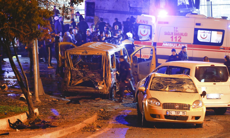 La police arrive sur le lieu de l'un des deux attentats qui ont frappé le centre d'Istanbul, samedi soir 10 décembre 2016.