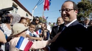 法国总统奥朗德在留尼旺岛受到民众欢迎2014年8月21日
