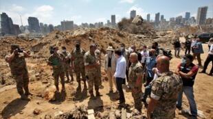 Le secrétaire américain Affaires politiques David Hale et l'ambassadrice américaine Dorothy Shea, sur le lieu de l'explosion à Beyrouth, le 15 août 2020.