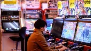 Un homme joue au jeux vidéo dans le quartier d'Akihabara à Tokyo le 8 mars 2020.