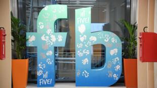 Logo của mạng xã hội Facebook tại trụ sở ở Luân Đôn, Anh, ngày 04/12/2017.