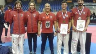 Jean-Michel Fernandes ganhou a medalha de ouro (segundo a partir da direita) e Júlio Ferreira arrecadou a medalha de prata (direita) no 13° Torneio internacional de Taekwondo de Paris.