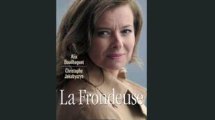 """Capa da biografia não autorizada """"La Frondeuse"""" sobre a primeira-dama francesa Valérie Trierweiler."""