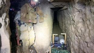 Un agent américain de la sécurité aux frontières dans le tunnel découvert entre le Mexique et les États-Unis, le 13 novembre 2019.