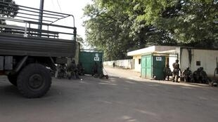 Un camion quitte le camp Koundara où Moussa Dadis Camara a été grièvement blessé le 3 décembre dernier.