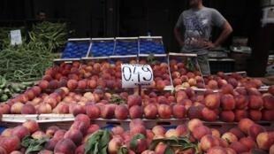 Frutas de estación en un mercado de Atenas. Los expertos agrícolas de la Unión se reunirán el 14 de agosto en Bruselas para estudiar las repercusiones del veto ruso contra los productos europeos.