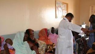 Un médecin en train de dispatcher des tickets d'arrivée dans un service de pédiatrie en Mauritanie.