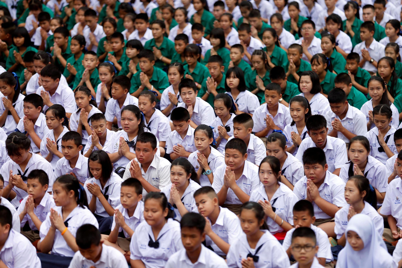 Alunos da escola de Mae Sai Prasitsart rezando pelo regresso dos 12 jovens e treinador bloqueados numa gruta  de Tham Luang, há 9 dias, na Tailândia