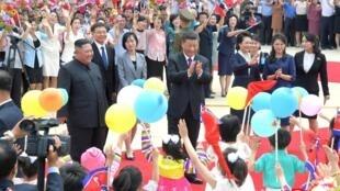 Lãnh đạo Bắc Triều Tiên Kim Jong Un tiếp đón chủ tịch Tập Cận Bình tại sân bay quốc tế Bình Nhưỡng ngày 20/06/2019.