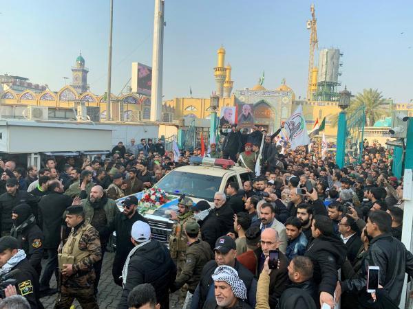les cercueils de Qassem Soleimani, Abou Mehdi al-Mouhandis y des autres victimes du raid américain de jeudi défilent à Bagdad le 4 janvier 2020.