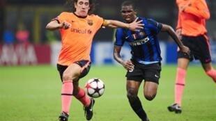 Samuel Eto'o (d) et Carles Puyol (g) à la lutte lors du match aller (0-0).