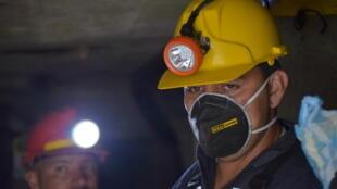 Javier Rosero, 25 años(D) y Richard Riascos 38 años(I) en la mina de la Llanada, en Colombia.