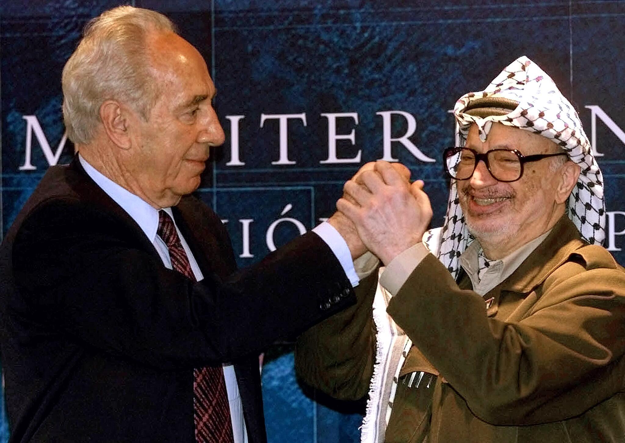 佩雷斯与阿拉法特2001年西班牙出席欧洲-地中海国家峰会时握手。