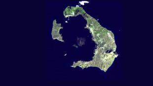 Image satellite de l'archipel de Santorin, avec l'île de Santorin à droite.