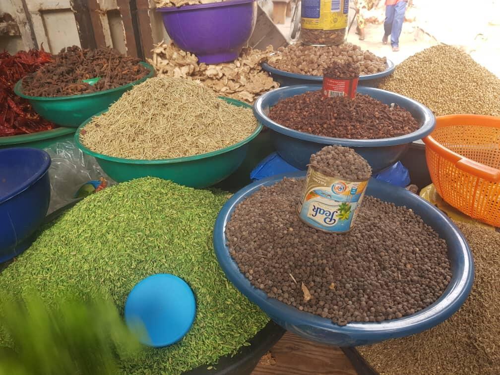 Des épices en vente sur le stand de Fassinou Marie au grand marché de Dantokpa à Cotonou .