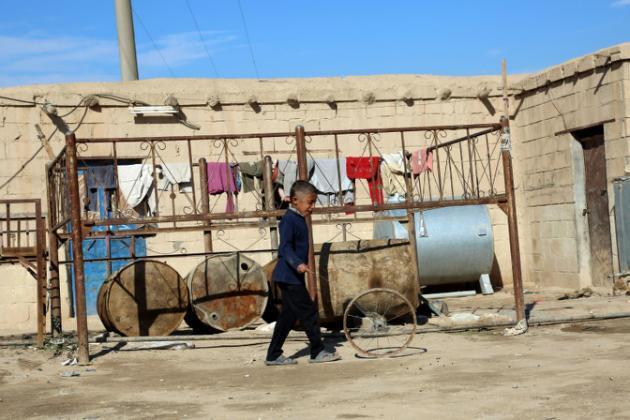 Mtoto katika kitongoni kimoja cha mji wa Syria wa Al-Hol, Novemba 19, 2015.
