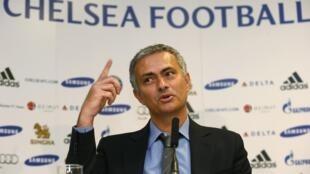 Sabon Kocin Chelsea Jose Mourinho a lokacin da ake gabatar da shi