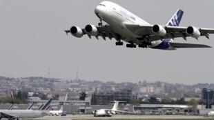 No aeroporto de Toulouse-Blagnac, 40% dos voos foram anulados para partidas e 35% para chegadas devido à greve dos controladores aéreos franceses.