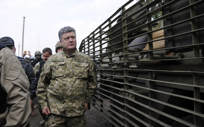 O presidente ucraniano Petro Poroshenko supervisiona campo militar no leste do país, um dia após declarar o cessar-fogo.
