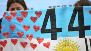 Familiares dos 44 marinheiros mortos na tragédia com o Ara San Juan fizeram manifestações neste sábado (17) em Mar del Plata para pedir o reboque do submarino.