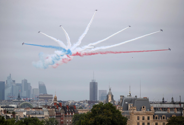 Пилотажная группа Patrouille de France в небе Парижа 14 июля 2020.