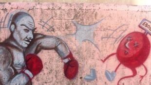 """Graffiti boxant le virus Ebola réalisé par l'ONG """"Graff et Santé"""" dans un quartier de Guediawaye, en périphérie de Dakar."""