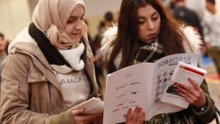 Mulheres visitam feira para migrantes e refugiados em Berlim