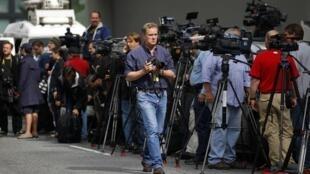 Des journalistes rassemblés devant le Bristol Plaza où doit résider Dominique Strauss-Kahn.