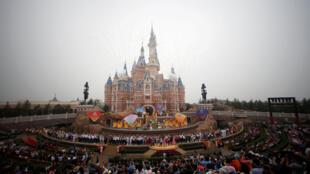 图为上海迪士尼乐园远眺