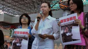 李明哲妻子李凈瑜(中)2017年4月9日在台湾桃园机场被阻止登机前往北京后,在机场举行记者会。