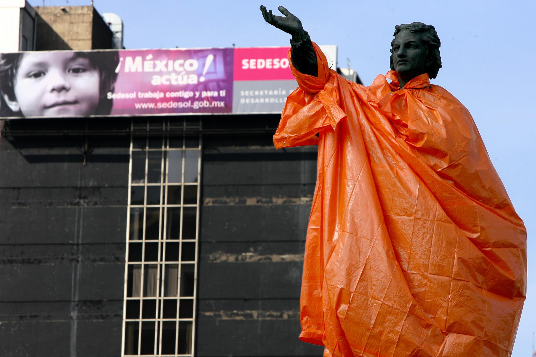 La statue de Christophe Colomb, drapée dans du plastique, lors du 515e anniversaire de la «découverte de l'Amérique», à Mexico, le 12 octobre 2007. (image d'illustration)