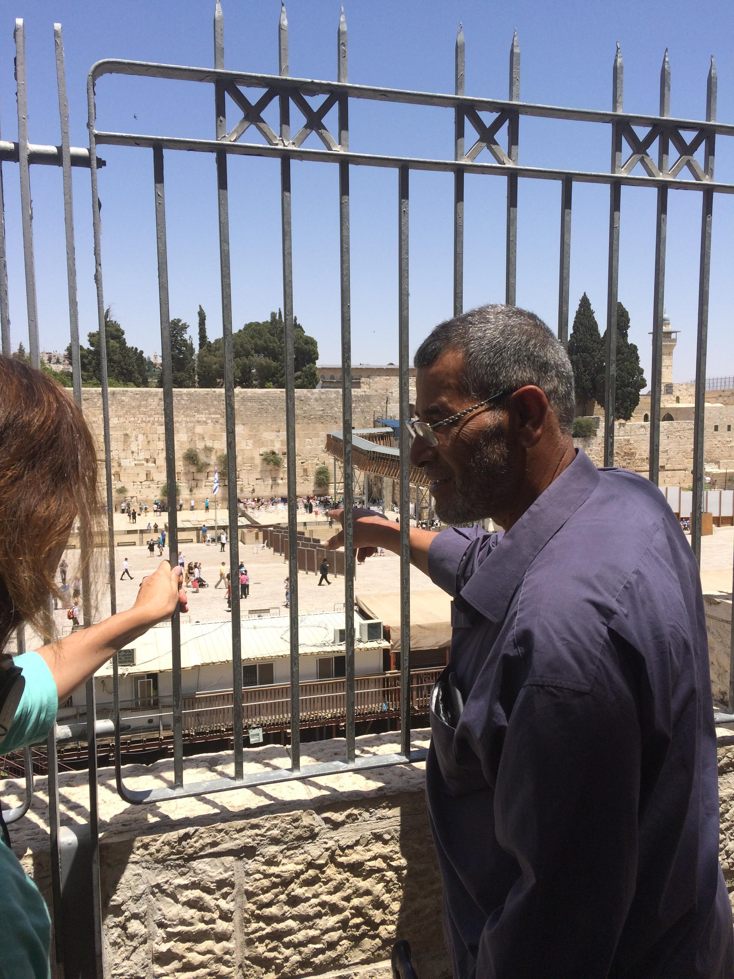 Abou Mahdi montre l'emplacement de sa maison dans l'ancien quartier des Maghrébins, aujourd'hui esplanade du Mur des Lamentations.