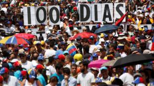 Les membres de l'opposition vénézuélienne célébrant les 100 jours de leur mouvement contre le président Maduro. Caracas, le 9 juillet 2017.
