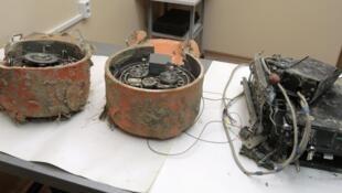 Les enregistreurs de vol de l'avion crashé polonais, vus dans un laboratoire, à Moscou, le 19 mai 2010.