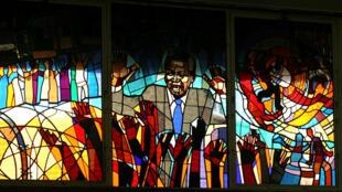 Vitral que retrata Nelson Mandela na igreja Regina Mundi em Soweto.
